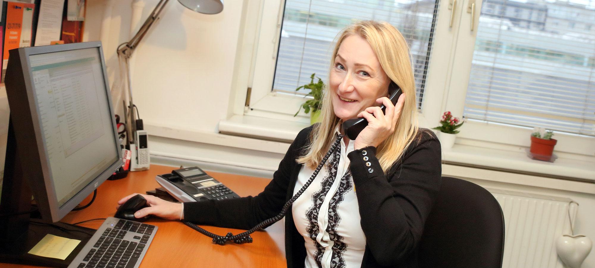 Frau am Telefon FEM Süd Empfang, © Sophie Tiller
